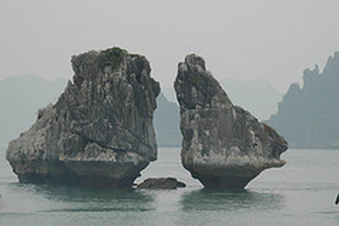 La baie d'Along (Ha Long Bay) au Vietnam Tour du monde