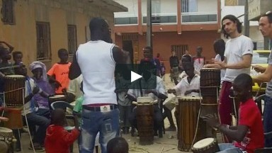 Twitching Eye Trio étudie le sabar au Senegal